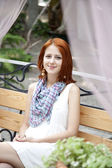 Portrait de jeune fille belle sur banc. — Photo
