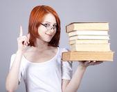 рыжеволосая улыбаясь предприниматель держать книги в руках. — Стоковое фото