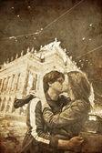 Två kyssas i praha, tjeckien på night.photo i gamla bilden stil. — Stockfoto