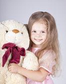 Little girl embraces bear cub. — Stock Photo
