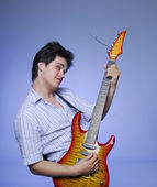 Styl chlopak z gitara elektro — Zdjęcie stockowe