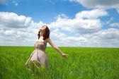 Piękna, młoda dziewczyna na zielone pole — Zdjęcie stockowe