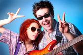 Mode pour garçon et fille avec guitare whow ok — Photo