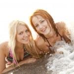 Two beautiful young girlfriends in bikini on the beach — Stock Photo #3676718