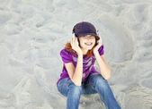 Porträtt av rödhårig tjej med hörlurar på stranden. — Stockfoto