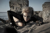 Rock girl crawls — Stock Photo