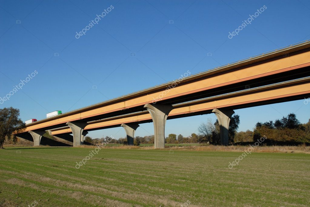 Interstate highway inclined over the Sacramento River near Woodland, California — Stock Photo #3205125