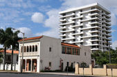 A study in contrasts: old and new buildings in Coral Gables, Florida — Stock Photo
