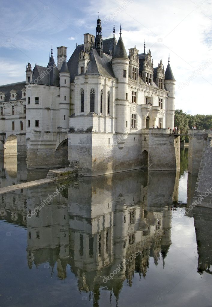 Chenonceaux castle in france loire valley reflecting in river water — Stock Photo #2819438
