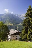 Horská údolí a dům v rakouských alpách v létě — Stock fotografie