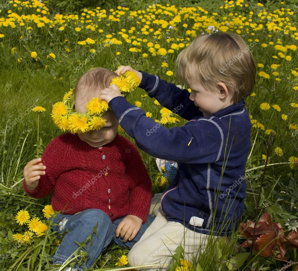 Little boy crowning his friend with a dandelion wreath — Stock Photo #3347793