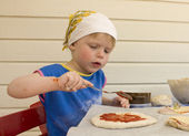 Child making pizza — Stock Photo