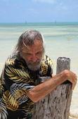 海沿いの孤独な男 — ストック写真