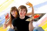Jong koppel spelen met schilderij — Stockfoto