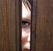 Eye behind wooden fence staring — Stock fotografie