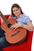 Mooi meisje spelen gitaar — Stockfoto