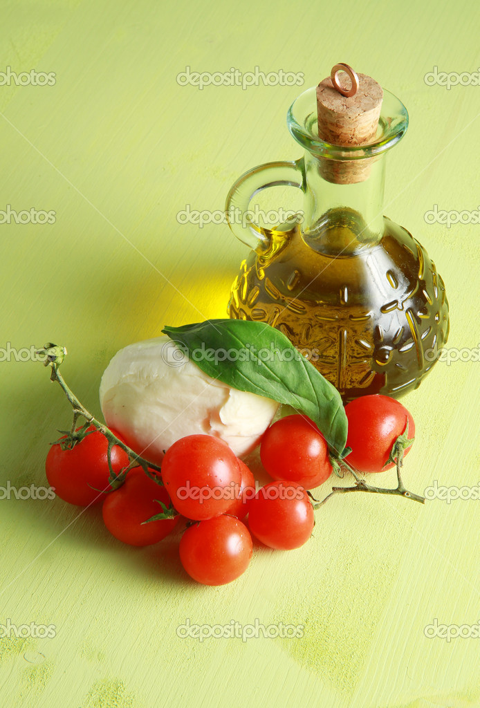 Mozzarella with tomatoes, basil and oil   — Stock Photo #3056465