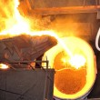 Foto Stock: Molten hot steel pouring
