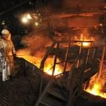 ホット溶融鋼注ぐと労働者 — ストック写真