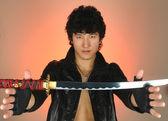 Azjatycki człowiek z katana miecz — Zdjęcie stockowe