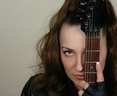 Retrato de mujer y guitarra closeup — Foto de Stock