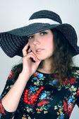 Giovane donna nel ritratto moda cappello — Foto Stock