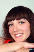 крупным планом портрет молодой улыбающиеся женщины — Стоковое фото