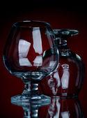 Copa de cognac de primer plano dos sobre un fondo rojo — Foto de Stock