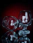 Twee cognac glas op een rode bg — Stockfoto