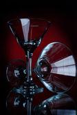 Dva prázdné sklenici martini na červený — Stock fotografie