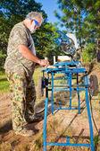 Uomo anziano che fa carpenteria — Foto Stock