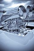 Sobrealimentador motor cromado en un coche de carreras de rendimiento — Foto de Stock