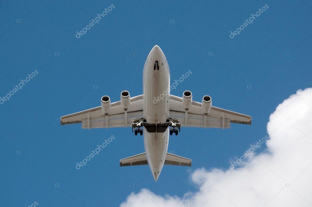 未标记的喷气式飞机开销与起落架下