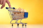 Metal, carrinho de compras cheio de pão — Fotografia Stock