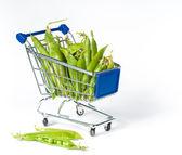 Carretilla de las compras de metal lleno de pasteles verdes — Foto de Stock