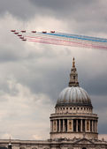 The Red Arrows above St. Paul's Cathedral, London, UK — Stock Photo