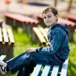 ładny uczniak w parku — Zdjęcie stockowe
