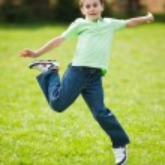 garoto pulando de alegria — Foto Stock