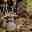 Old farmer plowing — Stockfoto