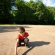 Child playing outdoors — Stockfoto