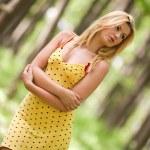 aantrekkelijke dame buiten — Stockfoto