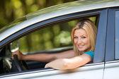 Mooi meisje genieten van haar nieuwe auto — Stockfoto