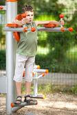 мальчик делает открытый фитнес и развлечения — Стоковое фото