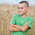 adorável criança num campo de trigo — Foto Stock