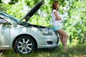 Frau mit autos broken — Stockfoto