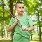 menino bonito, andando pela floresta — Foto Stock