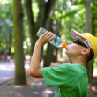 Cute child drinking water — Stockfoto