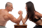 Mężczyzna i kobieta siłowanie się na rękę — Zdjęcie stockowe