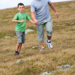Father and son in the mountains — Foto de Stock