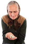 старшие женщины принимая таблетки — Стоковое фото